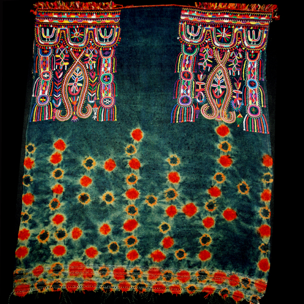 WOMEN'S SHAWLS OF TUNISIA